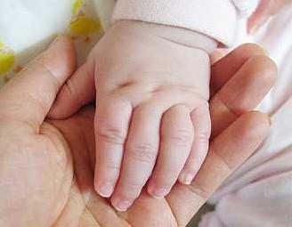 残忍!8个月女婴被姥姥剁掉双手 社会的悲哀